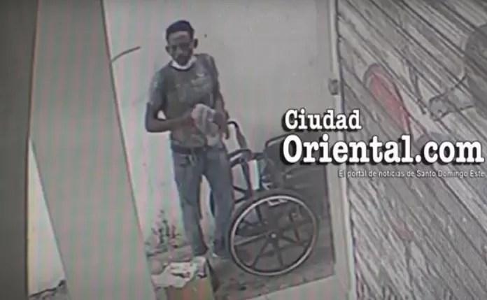 Video – Falso minusválido robando en una silla de ruedas en negocio de la Av. Venezuela