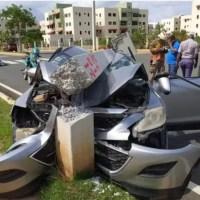"""Video - Mujer perdió el control de vehículo y terminó con el """"palo e'lú"""" arriba"""