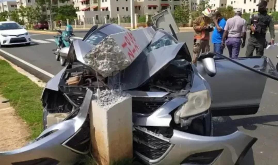 """Video – Mujer perdió el control de vehículo y terminó con el """"palo e'lú"""" arriba"""