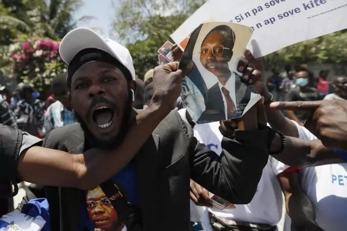 """Reciben a Jean-Bertrand Aristide al grito de """"viene el rey"""""""