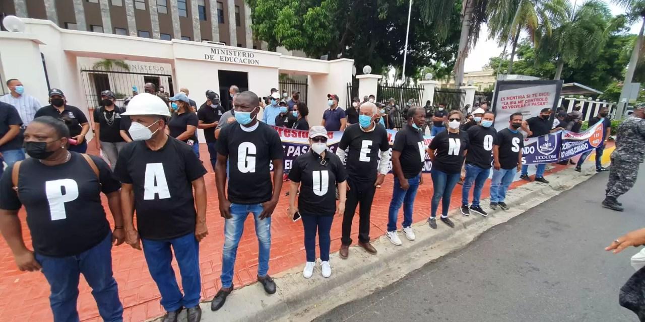 Frente al Ministerio de Educación contratistas exigen pago