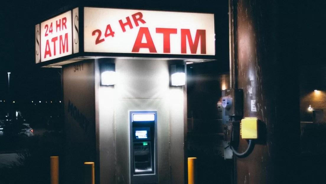 VIDEO: Ladrones intentan derribar un cajero automático, pero algo sale mal