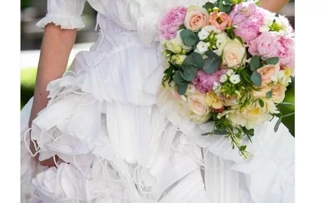 Vestido de novia con 1.500 mascarillas recicladas