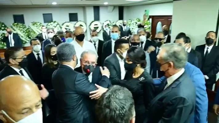 "Video- Leonel y Danilo se ""abrazan"" en la funeraria"