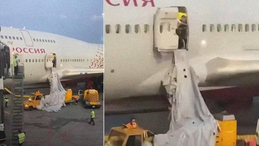 ¡Insólito! Un pasajero abre la salida de emergencia de un avión por el calor (video)