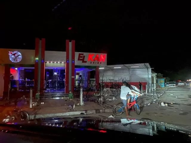 Matan a tiros a dos jóvenes mientras compartían en un bar en Sabana de la Mar