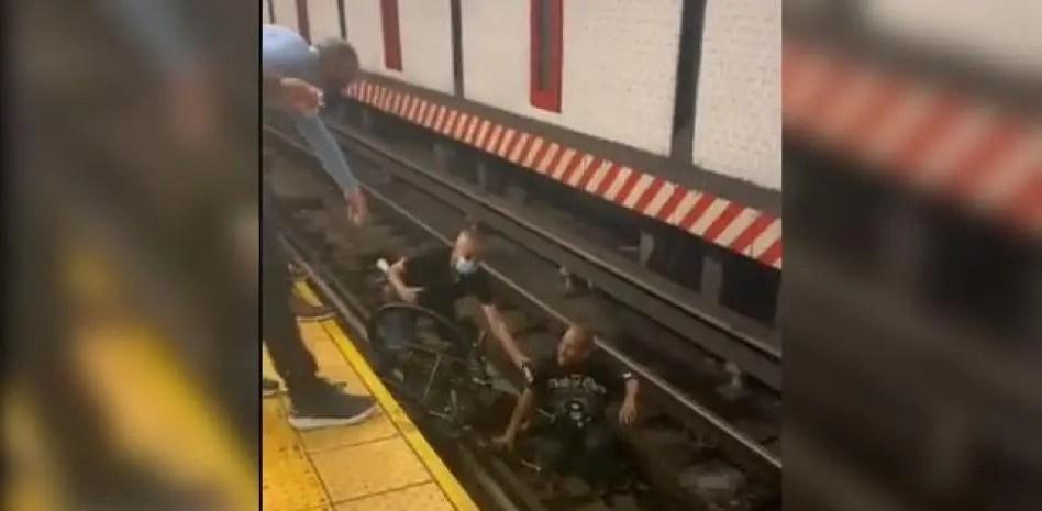 Video: Hombre en silla de ruedas cae en los rieles del Metro de Union Square
