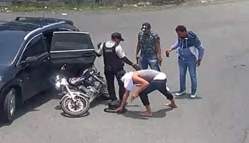 Asalto a mano armada a dos personas