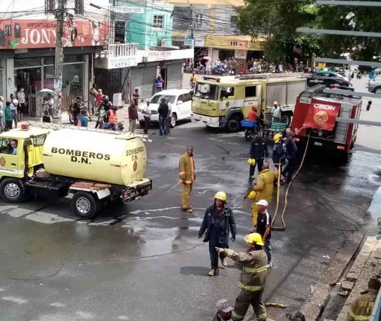 Fotos – Bomberos DN evitan tragedia en el sector 24 de abril