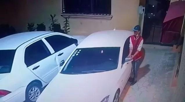 Video – Robo de retrovisores en menos de 20 segundos a un Mercedes Benz