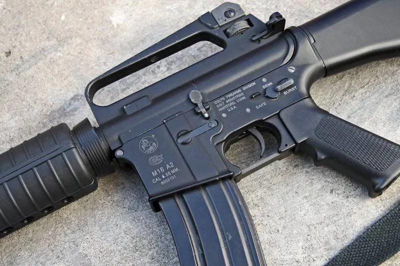 Apresan hombre en un cementerio con fusil M-16, una pistola y US$2,187