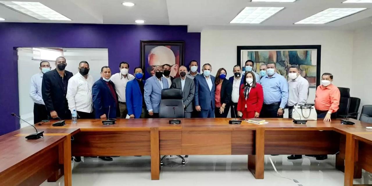 Danilo Medina se reúne con dirigentes de Valverde y Santiago Rodríguez
