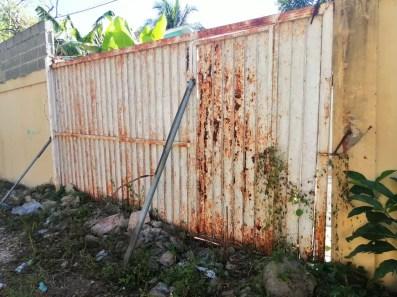 Mal estado de la puerta de entrada y los patios