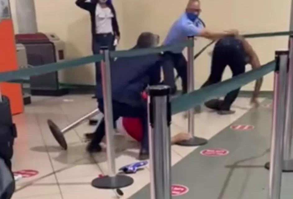 Video – Tremendo pleito en el Aeropuerto del Cibao