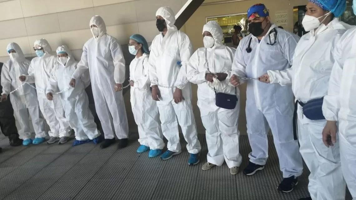 RD: Médicos de hospital se encadenan en reclamo de aumento salarial