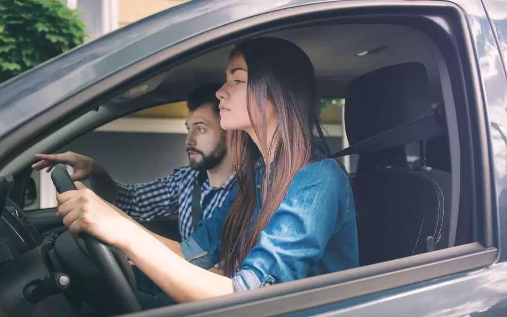 Consideran deberían prohibir que familiares enseñen a conducir a sus parientes