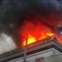 EN VIVO: Fuego afecta edificio Casa Mora en La Vega
