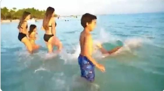 Video: Director de Inapa y su familia se dan un chapuzón en Boca Chica