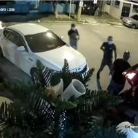 Video: cuatro hombres armados asaltan un grupo de personas en Los Mina