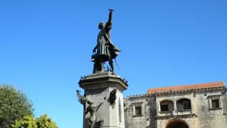 Protestan exigiendo retirada de estatua de Colón en Zona Colonial