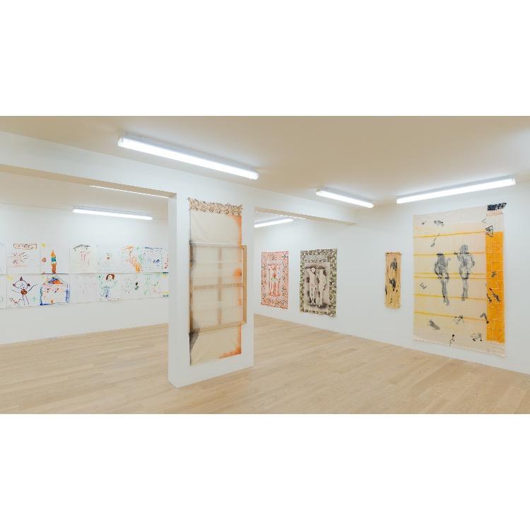 """Vue de l'exposition """"Marcel Alocco : Origine Nice. Tome 2 : fragments de la Peinture en Patchwork (depuis 1974)"""" avec de gauche à droite : """"La Peinture en patchwork, « Le châssis comme image », Fragment n°615"""", 1992, """"La Peinture en Patchwork, « Détissé », Fragment n°138"""", 1981. Photographie : © Grégory Copitet - Enseigne des Oudin"""