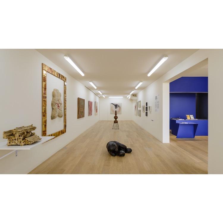 """Vue de l'exposition """"Nomos - Christian Paraschiv"""" avec de gauche à droite : «La machine à écrire Flaubert», 1987, «Exil et Communisme», 2011. Photographie : © Grégory Copitet - Enseigne des Oudin"""