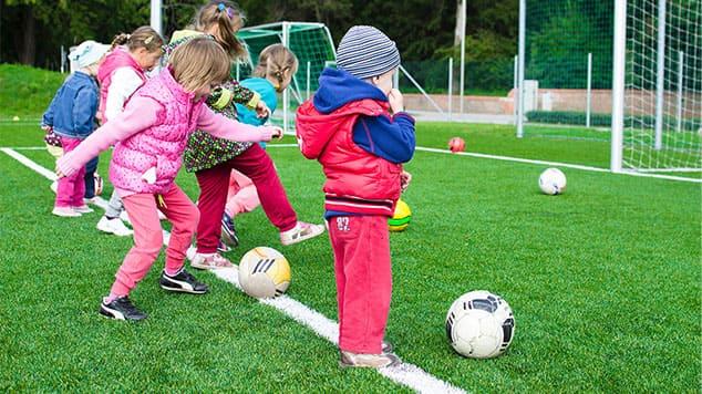 """Image d'enfants pratiquant le football pour l'article """"Travailler Son Oreille Musicale"""""""