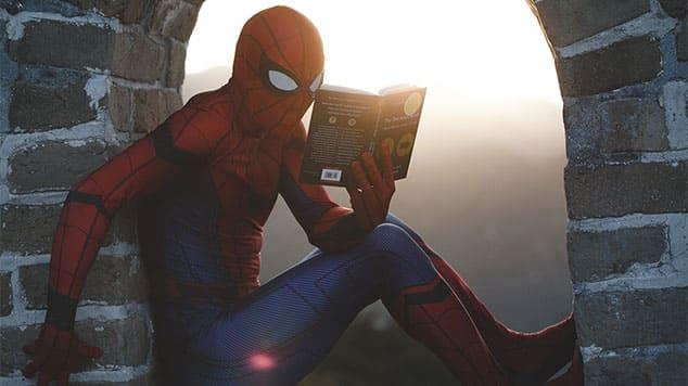 """Image de Spider-Man en train de lire pour l'article """"Travailler Son Oreille Musicale"""""""