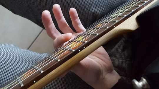 """Exemple d'une harmonique naturelle par effleurement du doigt vue du dessus pour l'article """"Les Harmoniques Naturelles & Artificielles"""""""