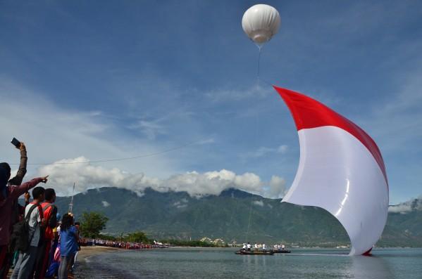 Pengibaran istimewa Bendera Raksasa di Hari Nusantara Teluk Talise Palu Sulawesi Tengah