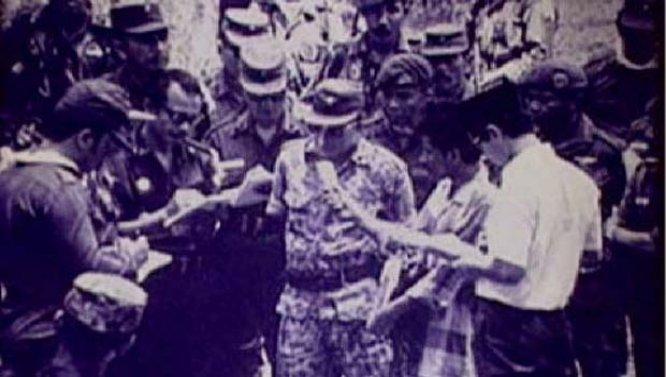 Soeharto di Lubang Buaya pada pengkhianatan G 30 S PKI
