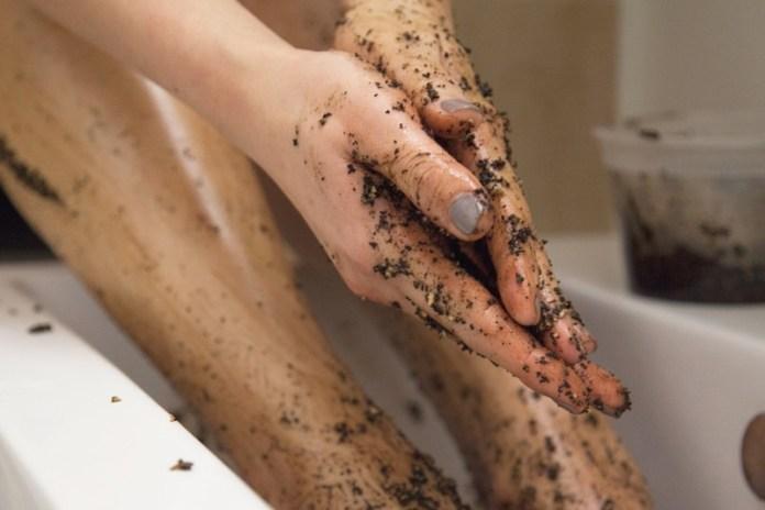Mempercantik dan menghaluskan kulit dengan menggunakan ampas kopi