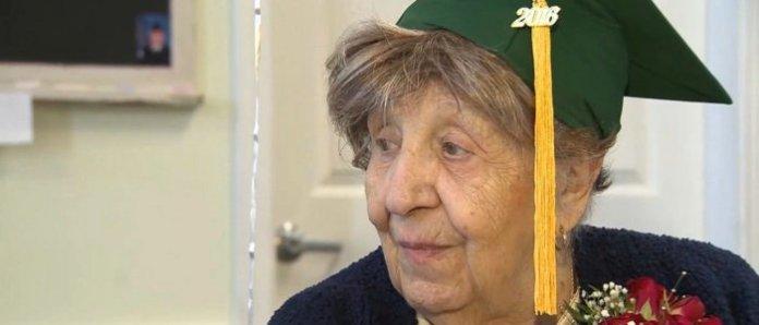 Seorang Nenek Usia 100 Tahun Tetap Memiliki Tekad Menempuh Sekolah