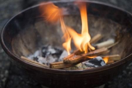 迎え火と送り火の時間はいつ?日にちややり方、なぜ火をまたぐの?