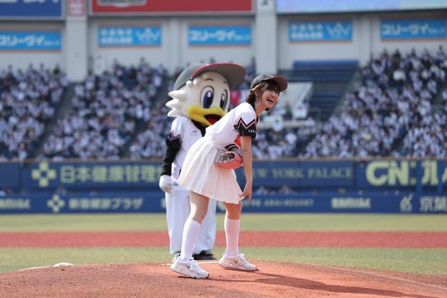 始球式に鈴木愛理さんが登場! 里崎さんとのバッテリーでワンバウンド投球!「本当に悔しい!ノーバウンド成功するまで挑戦したいです」