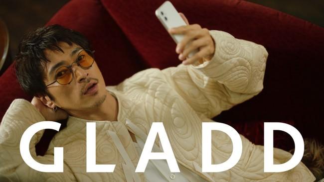 """〜ファッションECサイトGLADDの新CMに窪塚洋介さん登場〜窪塚洋介さん約6年ぶりとなる単独TVCM出演でスタイリッシュな衣装に身を包み、GLADDの""""G""""ポーズを披露。"""