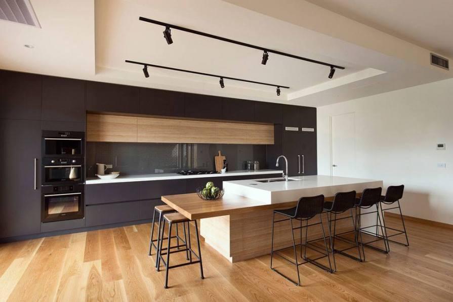 decoracao com cor preto e tons de madeira 02