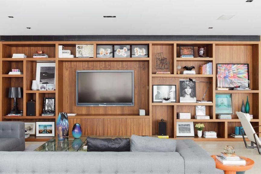 decoracao com estante de madeira