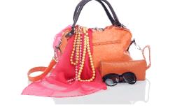 Cosas que una mujer carga en su bolso