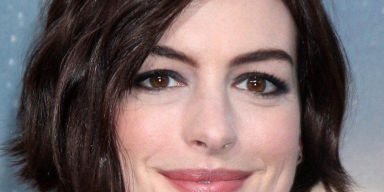 Anne Hathaway imitando a Miley Cyrus