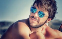 cómo debe vestir un hombre en la playa