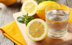 Aprovecha los beneficios de tomar agua con limón