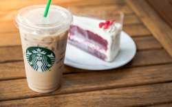 Clienta demanda a Starbucks por poner demasiado hielo en sus bebidas
