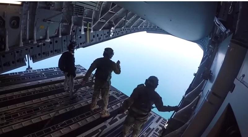 Entrenamiento de fuerzas especiales se lanzan desde un C-17