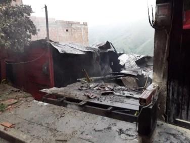 bomberos_cali_rescata_6_personas_y_un_perrito_de_incendio_en_terron_colorado_6