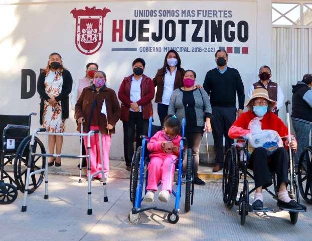 PRESENTA ANGÉLICA ALVARADO EL PROGRAMA UNIDOS AVANZAMOS Y HACE ENTREGA DE SILLAS DE RUEDAS A PERSONAS VULNERABLES DE HUEJOTZINGO