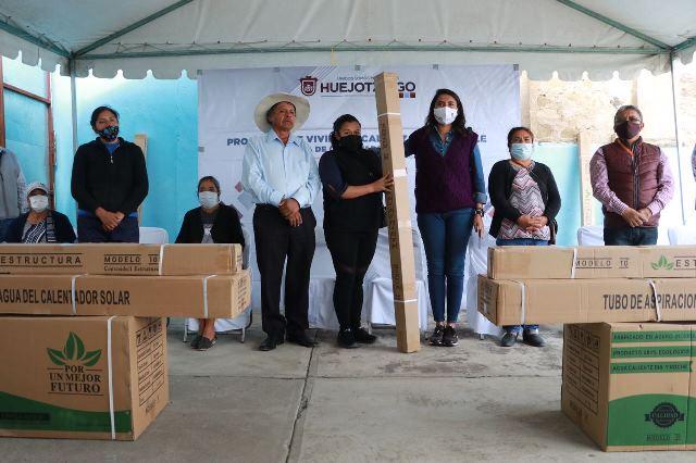 ENTREGA ANGÉLICA ALVARADO, CALENTADORES SOLARES PARA CONTRIBUIR A LA ECONOMÍA FAMILIAR DE LOS HUEJOTZINGAS