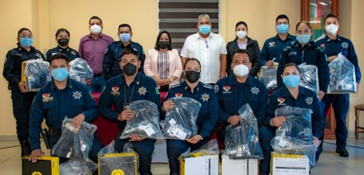 ENTREGA LUPITA DANIEL, UNIFORMES A ELEMENTOS DE SEGURIDAD PÚBLICA MUNICIPAL DE CUAUTLANCINGO