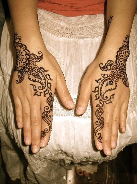 simple mehndi pattern for hands