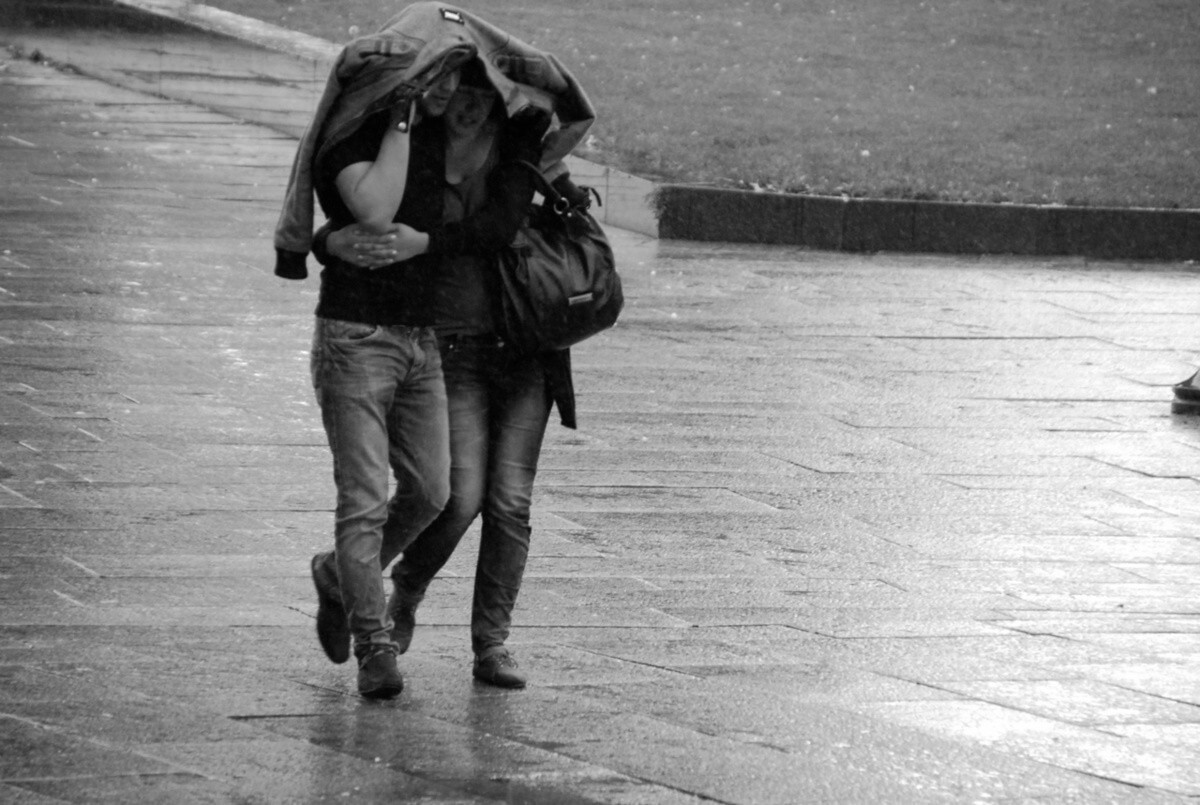 Cute HD Love And Romance Pictures Of Couples In Rain